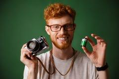 Close-up van jonge readhead gebaarde hipster wordt geschoten die retro ph houden die Royalty-vrije Stock Afbeeldingen