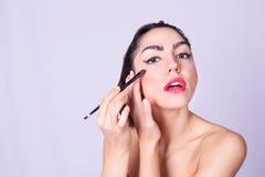 Close-up van jonge Spaanse vrouw die make-up toepassen Royalty-vrije Stock Foto