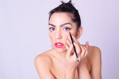 Close-up van jonge Spaanse vrouw die make-up toepassen Royalty-vrije Stock Foto's