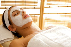 Close-up van jonge vrouw die gezichtsmasker dragen stock fotografie