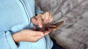 Close-up van jonge vrouwenhanden die sms typen stock videobeelden
