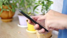 Close-up van jonge vrouwenhanden die sms typen stock video