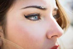 Close-up van jonge woman& x27; s blauwe ogen met lange wimpers Royalty-vrije Stock Afbeelding