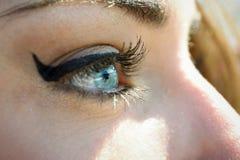 Close-up van jonge woman& x27; s blauwe ogen met lange wimpers Stock Fotografie