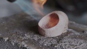 Close-up van Juwelier die authentieke en originele ontwerperringen met vlamtoorts bewerken Schedel onder gas jewerelly wordt gevo stock videobeelden