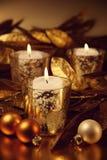Close-up van kaarsen met een gouden thema worden aangestoken dat Royalty-vrije Stock Afbeeldingen