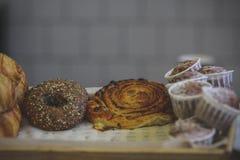 Close-up van kaneel en rozijnenkrulbroodjes, verse muffins sprinkl royalty-vrije stock foto