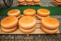 Close-up van kazenstapels voor verkoop bij de Markt Vierkante markt in Gouda stock foto