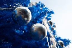 Close-up van Kerstboom met zilveren snuisterijballen Stock Fotografie