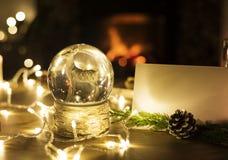 Close-up van Kerstmissneeuwbal en lichten Royalty-vrije Stock Foto