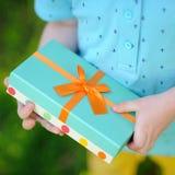 Close-up van keurig verpakte verjaardagsgift die door een kind worden gehouden royalty-vrije stock afbeeldingen