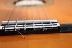 Close-up van klassieke akoestische gitaarkoorden royalty-vrije stock afbeelding