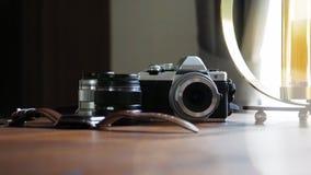 Close-up van klassieke camera op een houten bureau met digitaal horloge en len materiaal geselecteerde nadruk Achtergrond met moo stock foto's