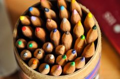 Close-up van kleurpotloden in een document cilinder royalty-vrije stock afbeelding