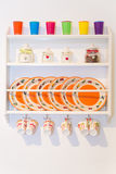 Close-up van Kleurrijk Platen en Vaatwerk in een Kast op Whit Stock Afbeelding