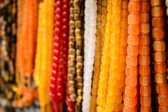Close-up van kleurrijke parels op de oosterse markt Mooi onduidelijk beeld als achtergrond Selectieve nadruk Stock Fotografie