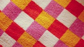 Close-up van kleurrijke plaid katoenen textiel wordt geschoten die stock videobeelden
