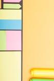 Close-up van kleurrijke post-itdocument en tellers op gele workplac Stock Foto's