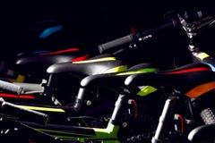 Close-up van kleurrijke professionele bergfietsen voor openlucht Stock Afbeeldingen