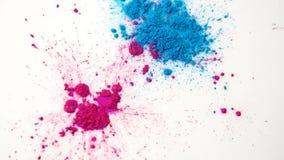 Close-up van kleurrijke vlekken op witte vloeistof Mooie abstracte achtergrond met kleurrijke bestrooide vlekken van droge verf stock video