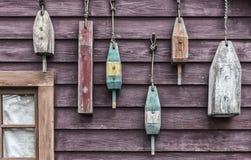 Close-up van kleurrijke vlotters die buiten een vissers` s plattelandshuisje hangen Royalty-vrije Stock Foto's