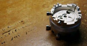 Close-up van klok die hulpmiddel en schroeven herstellen stock footage