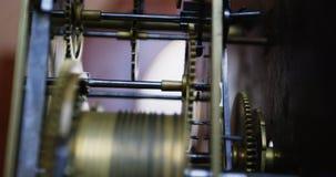 Close-up van klok die machine herstellen stock video