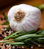 Close-up van knoflook, verse rozemarijn en peperbollen Stock Afbeeldingen