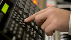 Close-up van knopen op muziekmixer in opnamestudio stock videobeelden