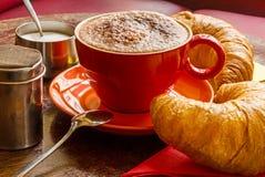 Close-up van koffie met geschuimde melk, cacao en croissants Royalty-vrije Stock Foto's