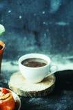 Close-up van koffiekop met geroosterde koffiebonen op zwarte achtergrond Close-up van een kop van koffie Kop van coffe Heerlijke  Stock Afbeeldingen