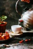 Close-up van koffiekop met geroosterde koffiebonen op zwarte achtergrond Close-up van een kop van koffie Kop van coffe Heerlijke  Stock Fotografie