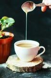 Close-up van koffiekop met geroosterde koffiebonen op zwarte achtergrond Close-up van een kop van koffie Kop van coffe Heerlijke  Royalty-vrije Stock Foto's