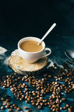 Close-up van koffiekop met geroosterde koffiebonen op zwarte achtergrond Close-up van een kop van koffie Kop van coffe Heerlijke  Royalty-vrije Stock Foto