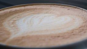 Close-up van koffieschuim wordt geschoten met latteart. dat stock afbeelding