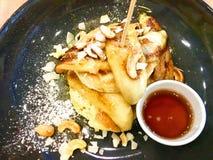 Close-up van Kokosnotenpannekoek Kokosnoot met pannekoek met banaankaramel en cashewnoot die wordt gediend Op lijst royalty-vrije stock afbeeldingen