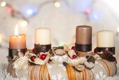 Close-up van Komstkroon met één brandende kaars en witte achtergrond met Kerstmislichten Stock Afbeelding