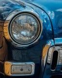 Close-up van koplamp van een antieke hete blauwe auto royalty-vrije stock afbeeldingen