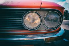 Close-up van koplamp van een rode uitstekende klassieke auto royalty-vrije stock afbeelding