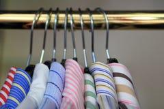 Close-up van kragen van men& x27; s overhemden die op een spoor hangen Royalty-vrije Stock Foto's