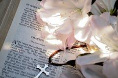 Close-up van kruis, azalea's, en verrijzenishoofdstuk in Bijbel stock afbeelding