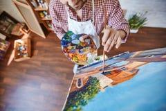 Close-up van Kunstenaar Painting Beautiful Picture op Schildersezel stock fotografie