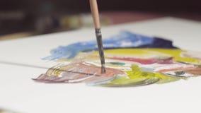 Close-up van kunstenaarshand met borstel het schilderen stilleven kleurrijk beeld stock footage