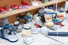 Close-up van kunstmatige kaken in het laboratorium van een tandkliniek stock afbeelding
