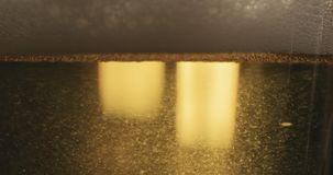 Close-up van lagerbierbier het gieten in een glas stock afbeeldingen