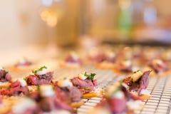 Close-up van lapje vlees canapes met bieslook op crackers stock afbeeldingen