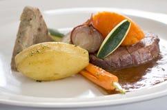 Close-up van lapje vleesmaaltijd in gastronomisch restaurant Royalty-vrije Stock Afbeeldingen