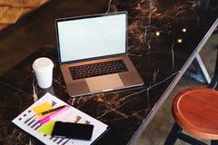 Close-up van laptop met lege monitor en kop van koffie op lijst in koffie Lege werkplaats zonder mensen Huisbureau freelancer stock afbeelding