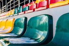 Close-up van Lege Kleurrijke Voetbal & x28; Soccer& x29; Stadionzetels in de Winter in Sneeuw wordt behandeld - Sunny Winter Day  stock afbeelding