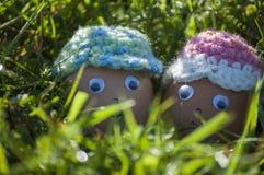 Close-up van leuk paar van paaseieren met het glimlachen gezichten Stock Foto